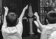 Crianças do 5º ano recebem a Lembrança da Primeira Eucaristia