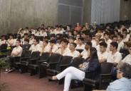 Alunos do EM assistem à palestra sobre estudar na Europa