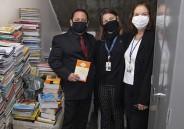 Ex-aluno visita CSB e recebe doações de livros para Biblioteca de Bangu